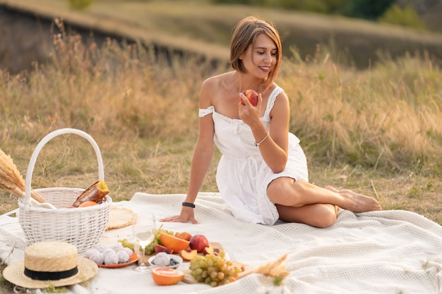 Ein romantisches date mit einer schönen frau. ein abendliches picknick an einem malerischen, unbewohnten ort.