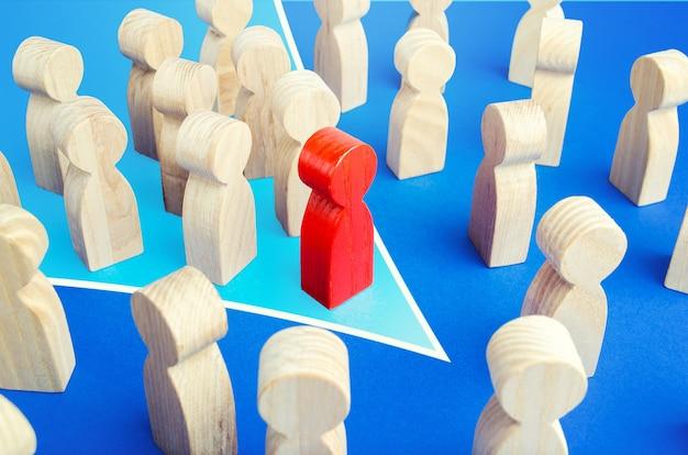 Ein roter anführer mit einer teamformation in einer richtung durchbricht die menge