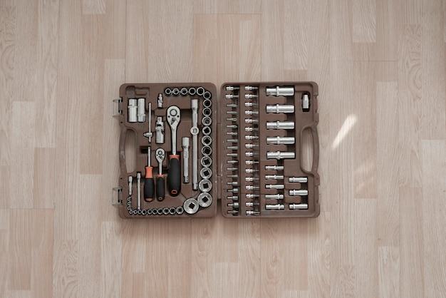 Ein roter koffer mit instrumentenwerkzeugen, reparatursatz für automobile