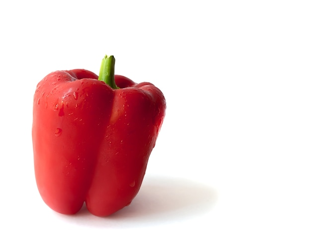 Ein roter paprika lokalisiert auf einem weißen hintergrund. gesundes essen