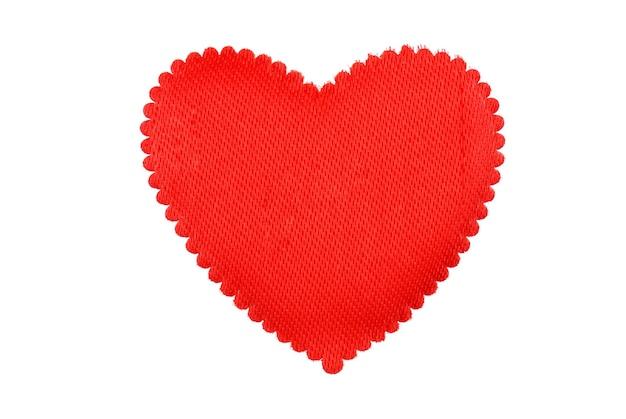 Ein rotes herz aus einem stoff, der auf weiß isoliert wird