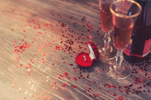 Ein rotes kästchen mit einem ring, heiratsantrag