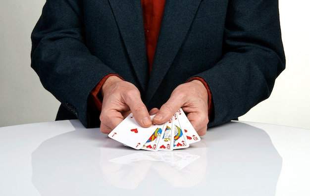 Ein royal straight flush pokerhand in herzen