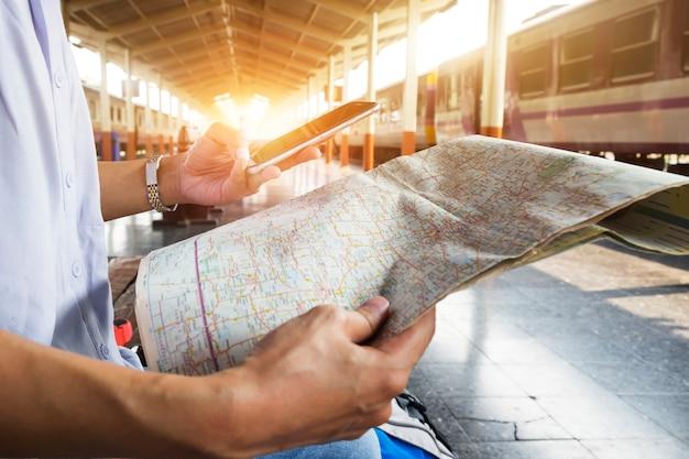 Ein rucksack track touristenanschluss palme