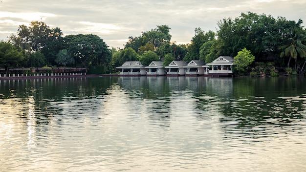 Ein ruhiges und schönes resort am wasser am morgen.