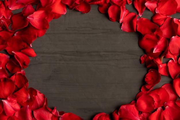 Ein runder rahmen aus rosenblättern