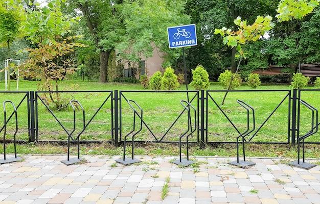 Ein rundes schild mit einem fahrrad auf dem leeren parkplatz. fahrradparkplatzschild im öffentlichen park.