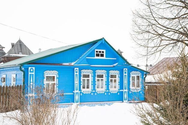 Ein russisches holzhaus, das mit schnee bedeckt ist