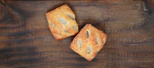 Ein sättigendes fleischpastetchen, das luftigen blätterteig und eine zarte schweinefleischfüllung mit zwiebeln kombiniert.