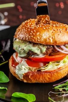 Ein saftiger fleischburger mit großem schnitzel.