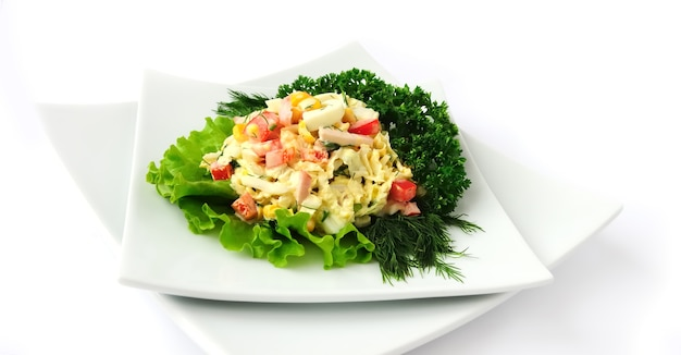 Ein salat aus mais chinakohl ei schinken paprika und mayonnaise