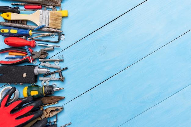 Ein satz alter werkzeuge auf einem blauen hintergrund.