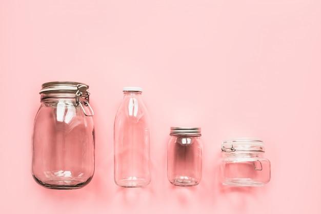Ein satz gläser für die lagerung und den einkauf von abfällen.