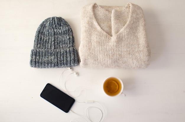 Ein satz ordentlich angelegte stilvolle damenbekleidung auf einer draufsicht des weißen hintergrunds