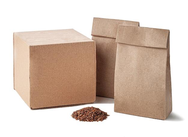 Ein satz papiertüten für schüttgüter aus kraftpapier und kartons für den transport weißer hintergrund