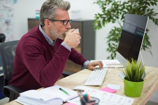 Ein schluck heißen kaffees hilft bei der arbeit