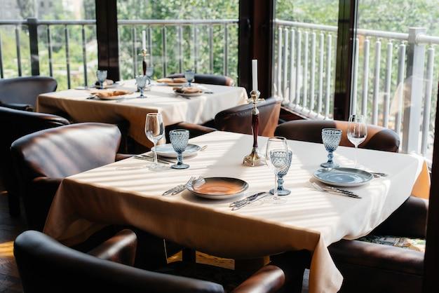 Ein schön gedeckter tisch mit exquisiten gerichten in einem modernen restaurant.
