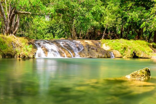 Ein schöner bachwasser berühmter regenwaldwasserfall in thailand