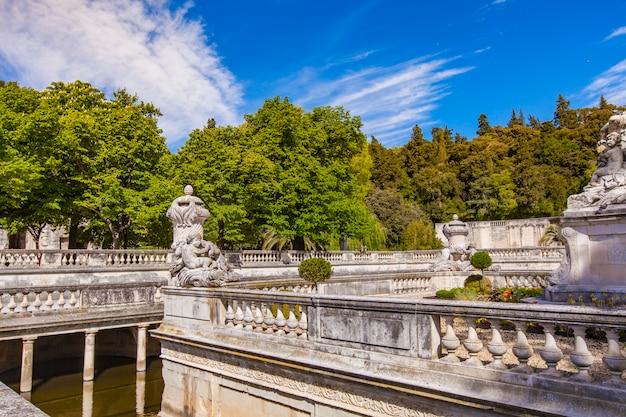 Ein schöner brunnen im jardin de la fontaine in nimes, frankreich