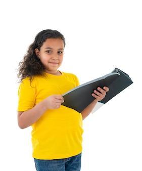 Ein schöner junger teenager, der ein buch liest