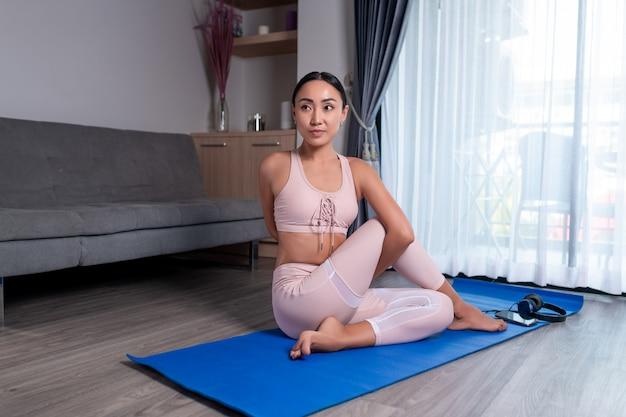 Ein schöner körper wird durch sport und yoga erreicht