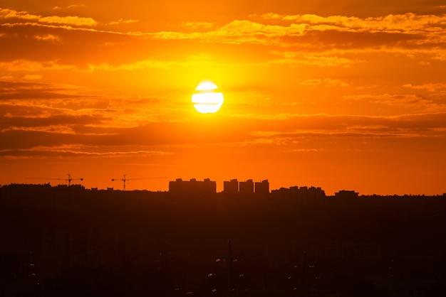 Ein schöner lebendiger sonnenuntergang in einer stadt