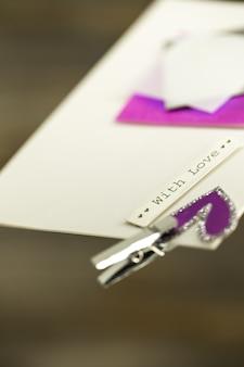 Ein schöner liebesbrief oder eine karte, ein text mit liebe, nahaufnahme