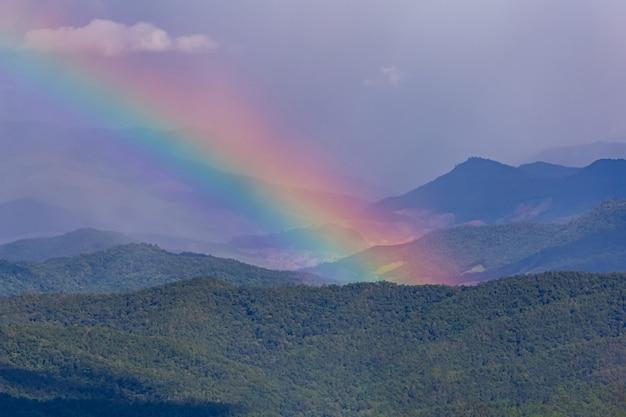 Ein schöner regenbogen über dem berg