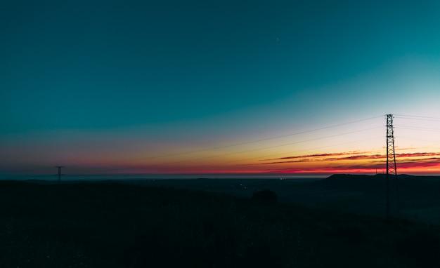 Ein schöner sonnenuntergang und eine blaue stunde im stadtzentrum einer stadt in andalusien, spanien.