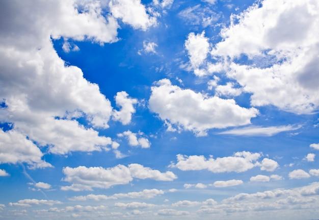 Ein schöner sonniger himmelshintergrund