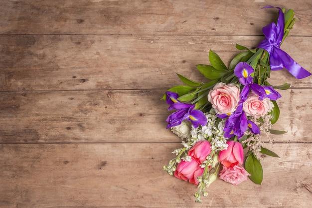 Ein schöner strauß hochzeitsblumen auf alten holzbrettern