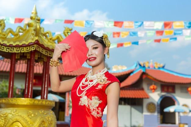 Ein schönes asiatisches mädchen, das ein rotes kleid trägt