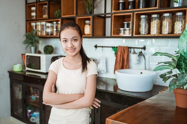 Ein schönes junges mädchen, das die küche putzt