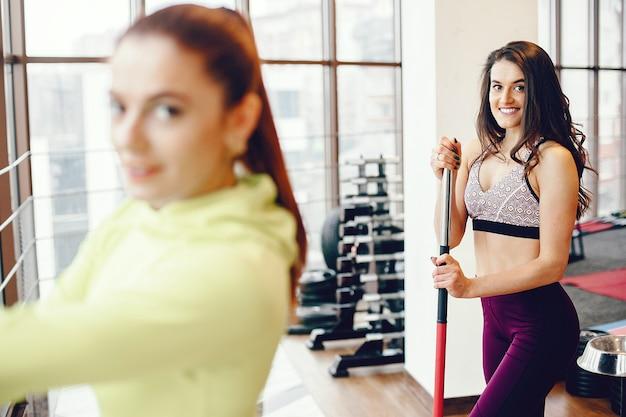 Ein schönes mädchen beschäftigt sich mit einem fitnessstudio