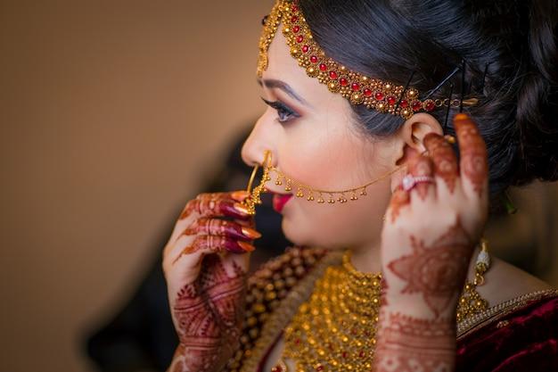 Ein schönes mädchen, das griff auf ihrem juwelry aufwirft