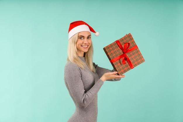 Ein schönes mädchen hält in händen geschenke