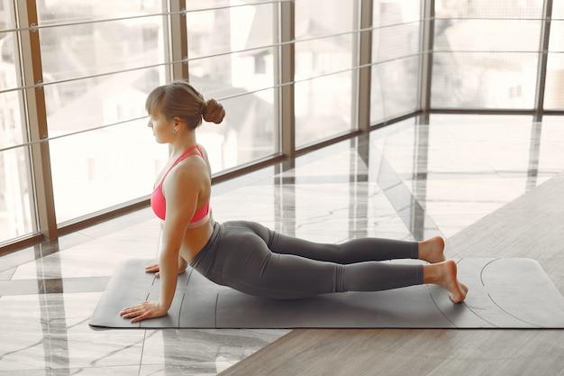 Ein schönes mädchen ist in einem fitnessstudio beschäftigt