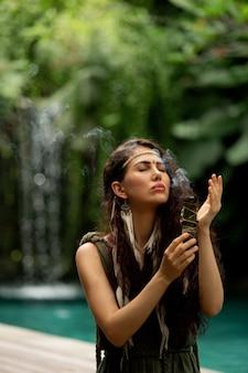 Ein schönes mädchen übt schamanische praktiken aus
