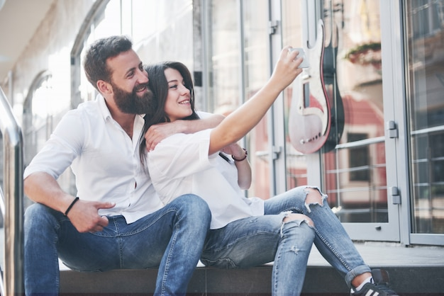 Ein schönes paar macht ein foto im freien