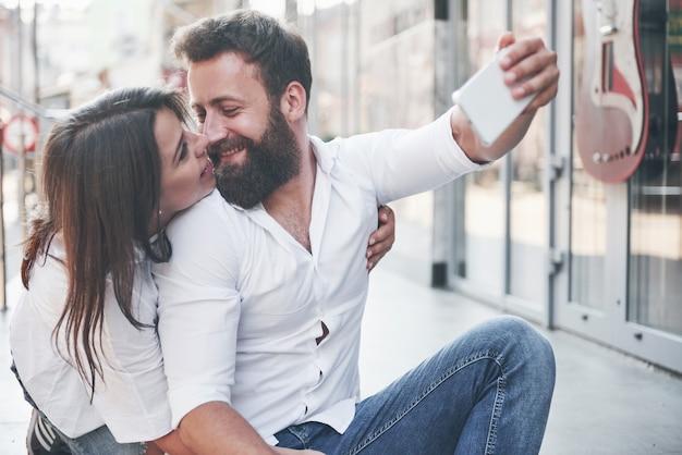 Ein schönes paar macht ein foto im freien.