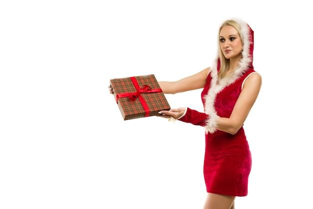 Ein schönes sexy mädchen in einem neujahrskleid, halten in den händen geschenke
