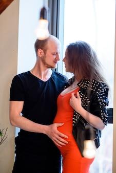 Ein schönes stilvolles paar, das auf die geburt eines kindes wartet. schwangerschaft.