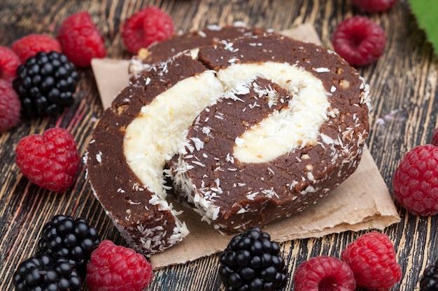 Ein schoko-kokos-kuchen mit himbeeren und brombeeren, schoko-kuchen mit cremiger kokos-füllung