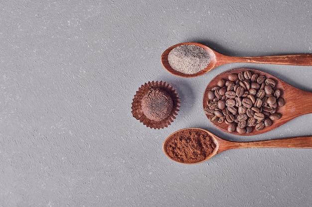 Ein schokoladenbrötchen mit arabica bohnen und pulver.