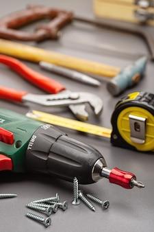 Ein schraubendreher und andere haushaltswerkzeuge für die reparatur zu hause. studioaufnahme, nahaufnahme.