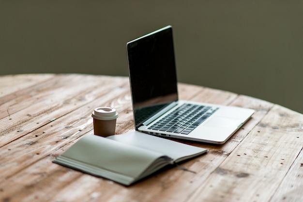 Ein schreibtisch mit einem business-computer und eine notiz auf dem schreibtisch. geschäftskonzept mit textfreiraum.