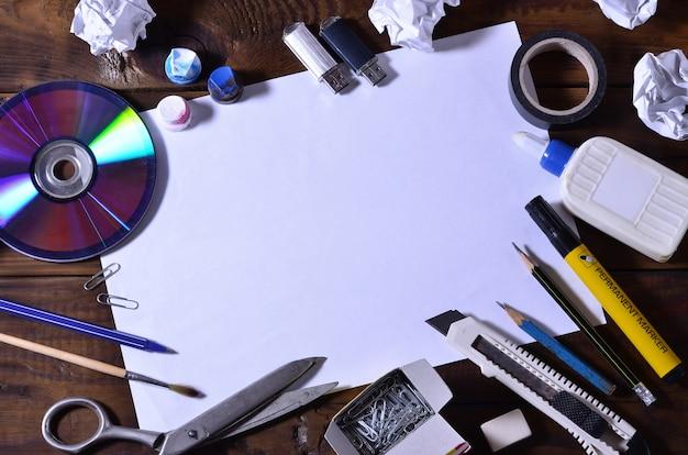 Ein schul- oder bürostillleben mit einem weißen leeren blatt papier