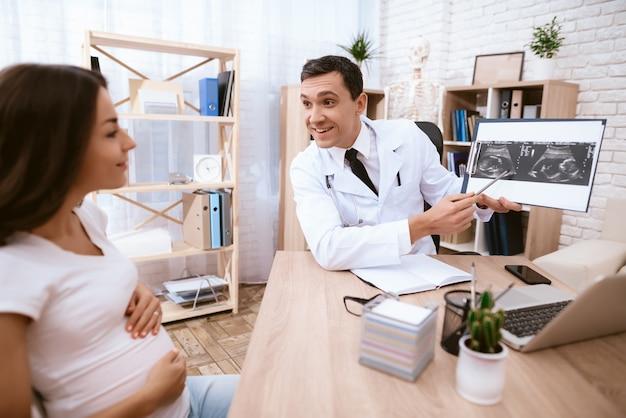 Ein schwangeres mädchen kam zum arzt in die klinik.