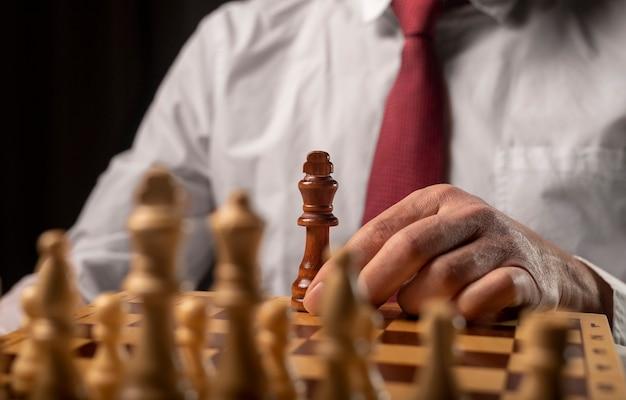 Ein schwarzer könig gegen viele andere. anders gegen das monopolkonzept. Premium Fotos