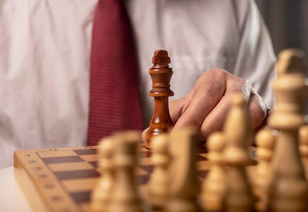 Ein schwarzer könig gegen viele andere. anders gegen das monopolkonzept.